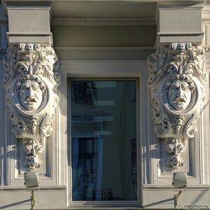 Офис (окно, скульптура)