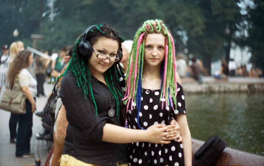 Две девушки.