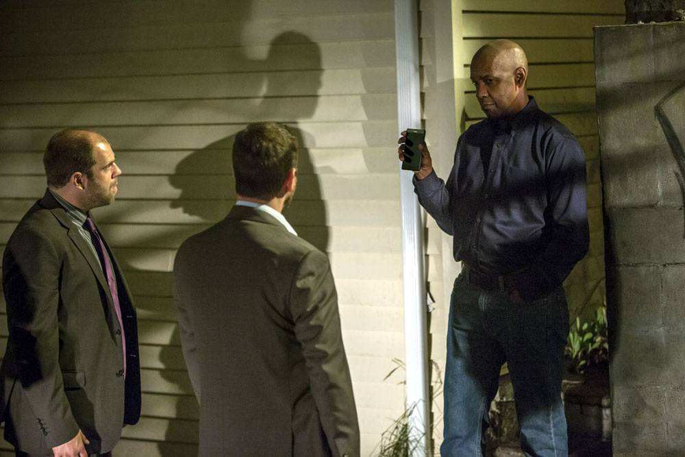 McCall (DENZEL WASHINGTON, right) deals with Detectives Harris (ROBERT WAHLBERG, center) and Gilly (TIMOTHY SMITH, left) in Columbia Pictures' THE EQUALIZER.