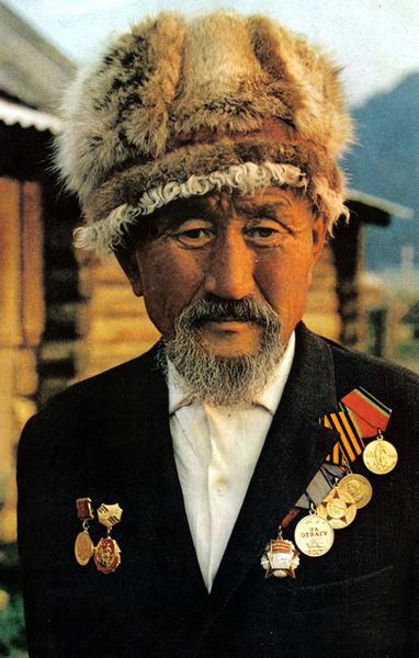 101 Алтаец Ежер Иришев из пос. Кулада на Алтае. Участник войны - был мостостроителем. Сейчас работает пастухом. Автору, видимо, очень понравилась его шапка из дикой кошки.jpg