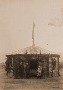Служители павильона молочных изделий фермы Зерентуйского приюта Нерчинской каторги.