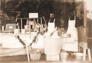 Служители за приготовлением сыров Бакштейна и Тильзитского  в молочном павильоне.
