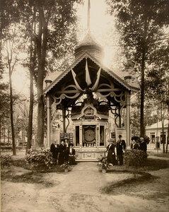 Посетители у входа в павильон Г.В. Дюршмидт.