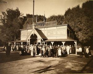 Местные жители у входа в павильон Ф. Крупп и Р. Вольф.