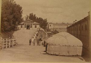 Вид на павильон инородцев и юрту около него.