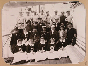 Группа медицинского персонала на палубе плавучего госпиталя на пароходе Царица.