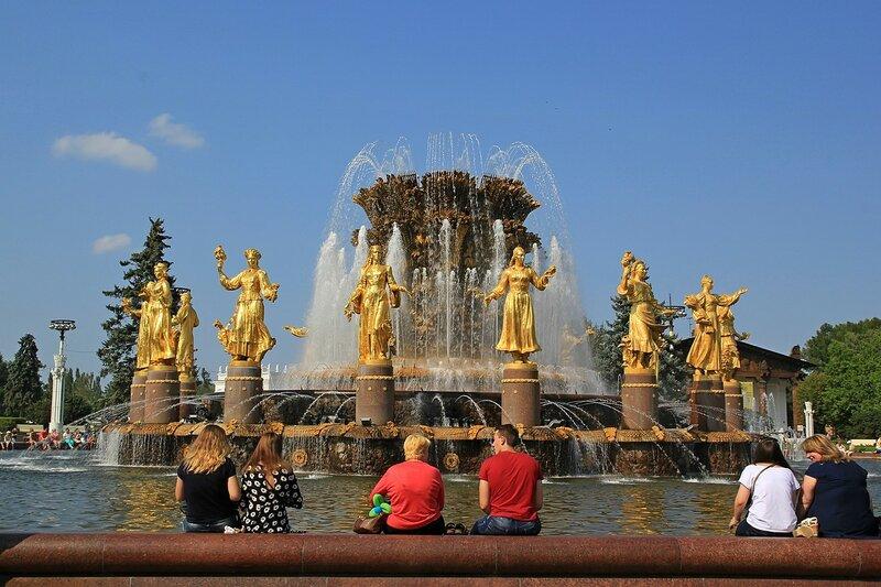 Золотые фигуры фонтана Дружбы народов СССР (Золотой сноп) на ВДНХ