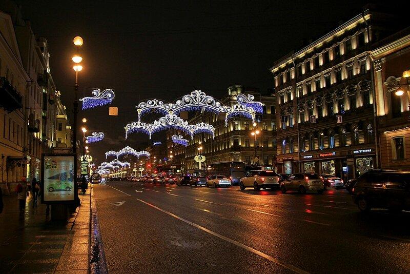 Новогодняя иллюминация на ночном Невском проспекте в Санкт-Петербурге