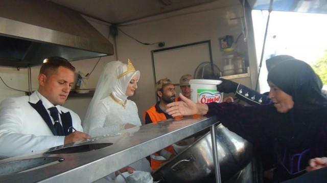 Вместо свадебного торжества жених и невеста накормили 4000 беженцев