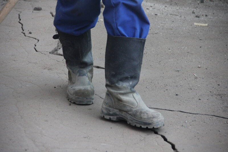 Сползание грунта у котлована строительства новой линии теплосети