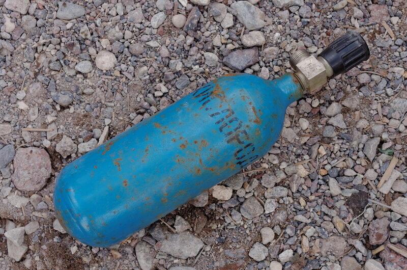 Нашли в куче мусора старый кислородный балон