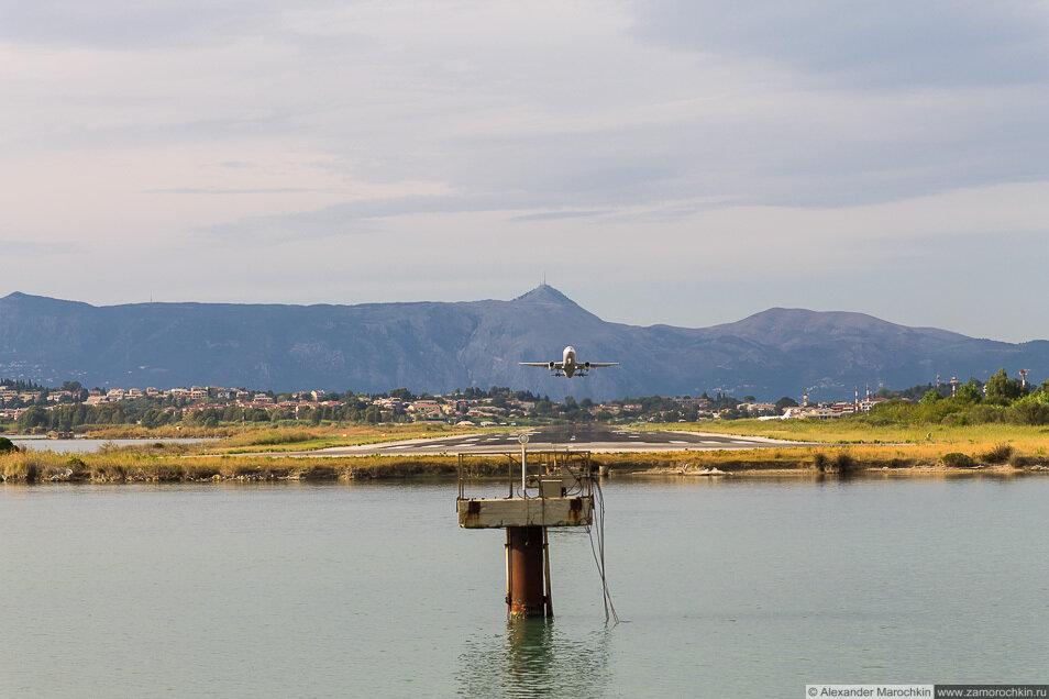 Взлетающий самолёт в Керкире, Корфу, Греция