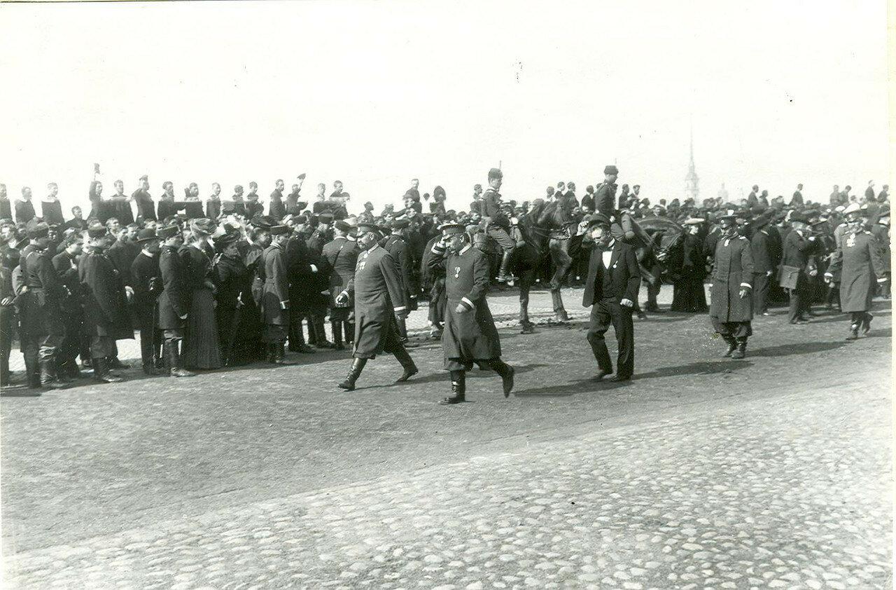 Депутаты Первой Государственной думы проходят по Дворцовой набережной после приема у императора Николая II