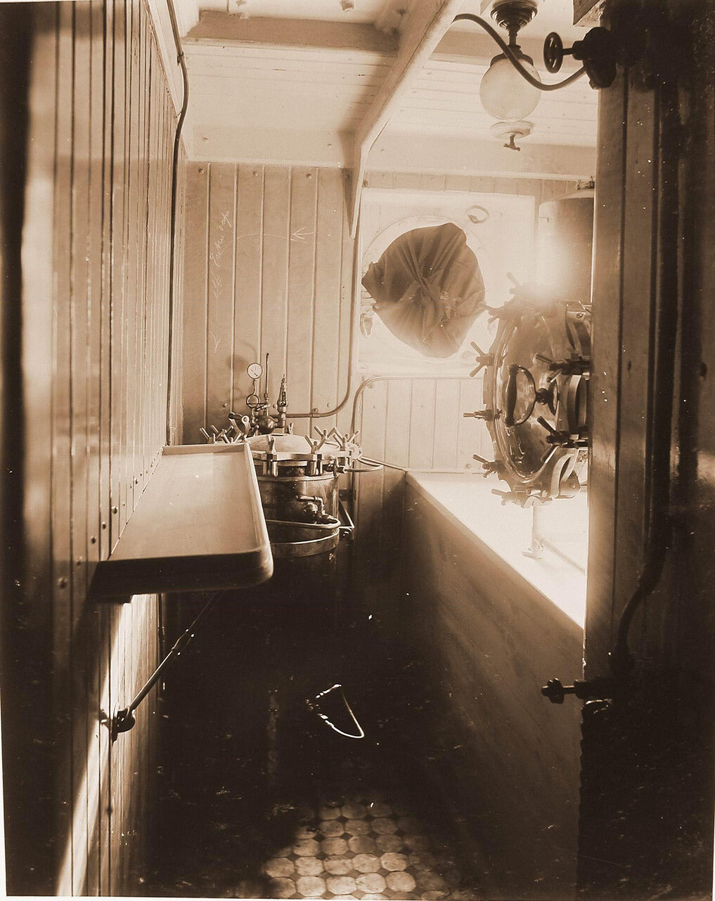 22. Вид одного из помещений плавучего госпиталя Орёл, в котором установлена стерилизационная камера