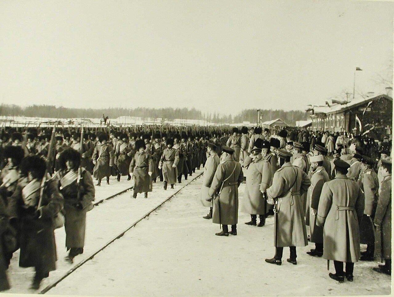 11. Солдаты 157-го Имеретинского и 158-го Кутаисского полков проходят перед императором Николаем II.jpg