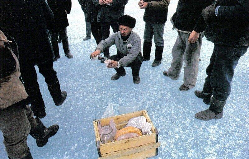 Охотники на нерпу просят у местного божества Бурхана помочь им в нелегком, длящемся целый месяц, путешествии по тающему апрельскому льду
