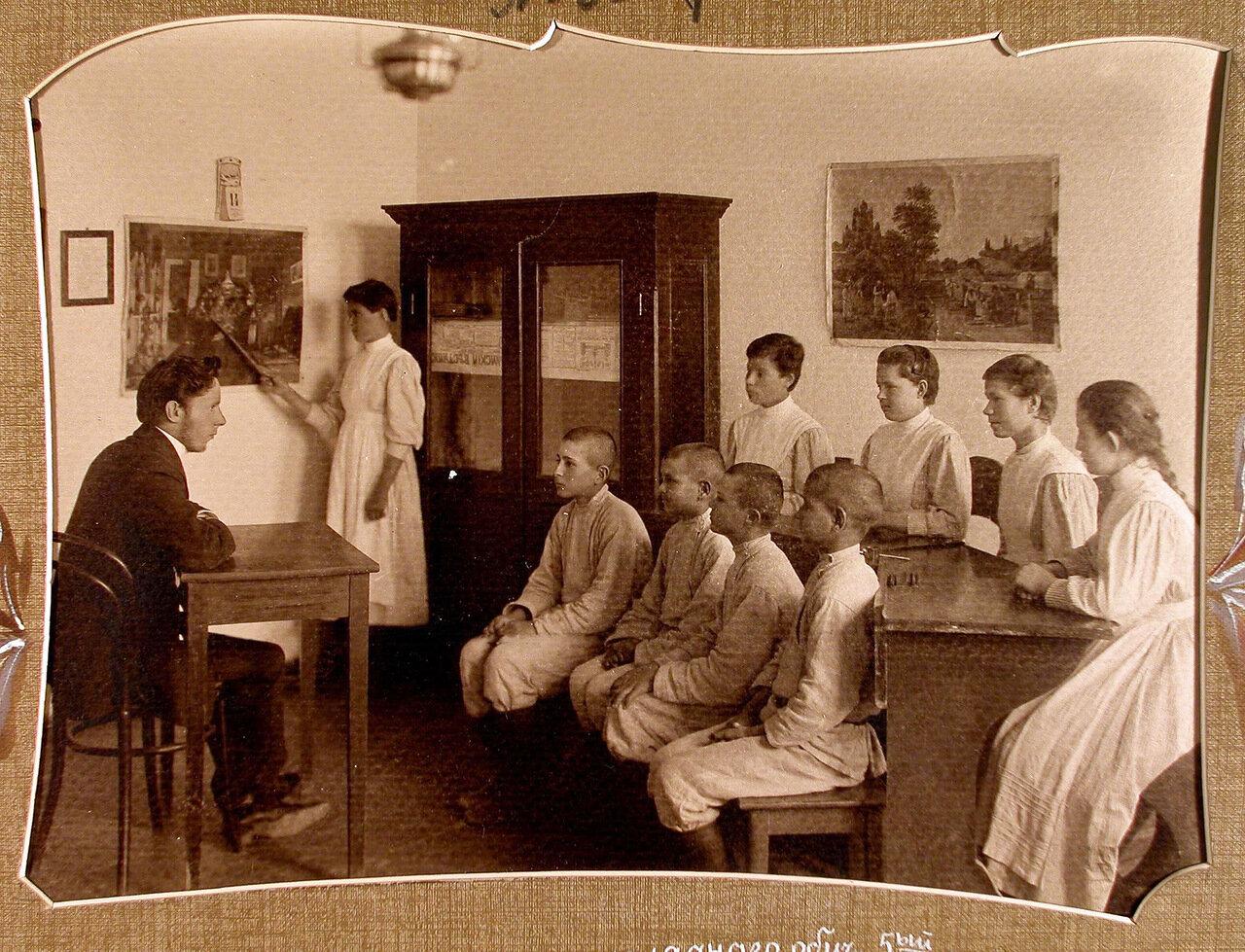 07. Ученики 5-го класса во время урока наглядного обучения в школе-санатории