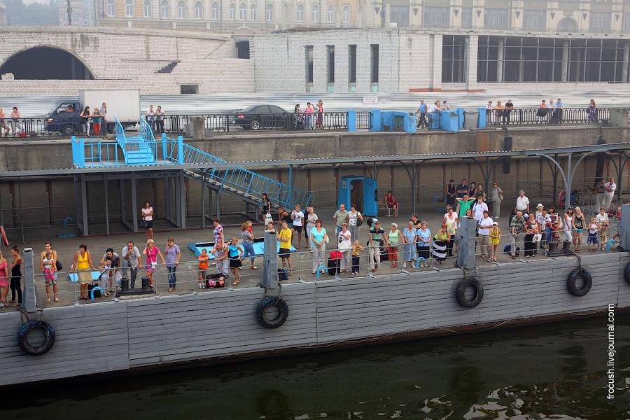 Родственники и знакомые команды теплохода «Сергей Кучкин» в речном порту Нижнего Новгорода