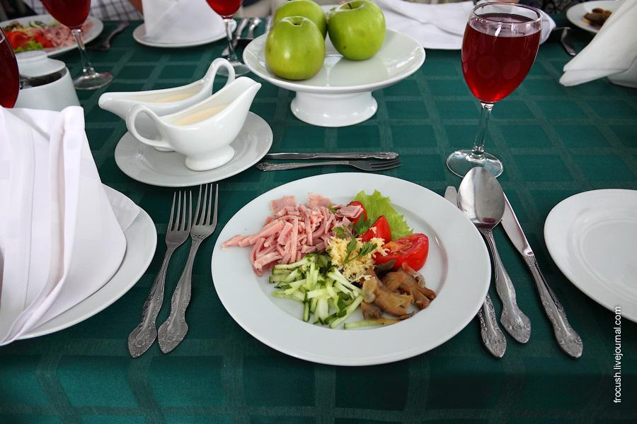 Салат «Европейский» (ветчина, грибы, лук, майонез, сыр, помидор, огурец)