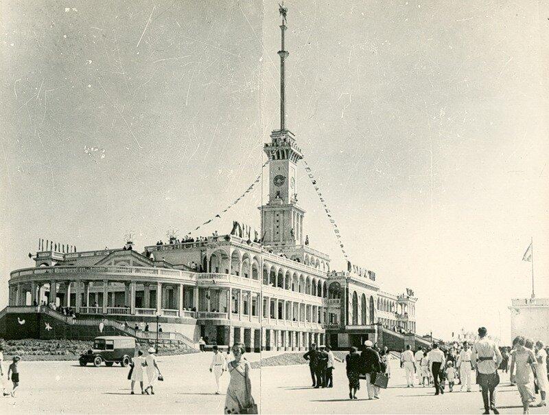 Речной вокзал вскоре после ввода в эксплуатацию