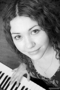 Девушка и клавиши (монохром, фортепиано, шатенка)