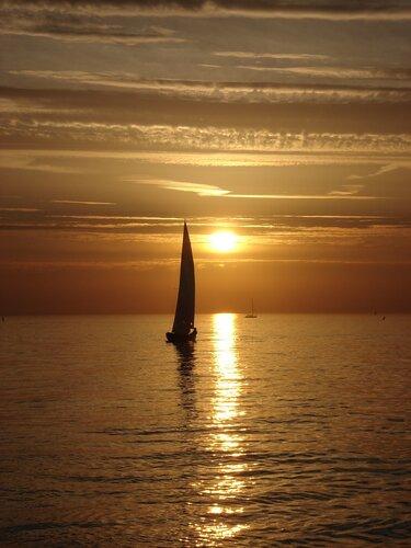 Яхта и закат.