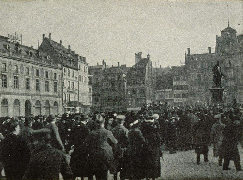 800px-Foule_place_Kléber_en_novembre_1918_à_Strasbourg_2.jpg