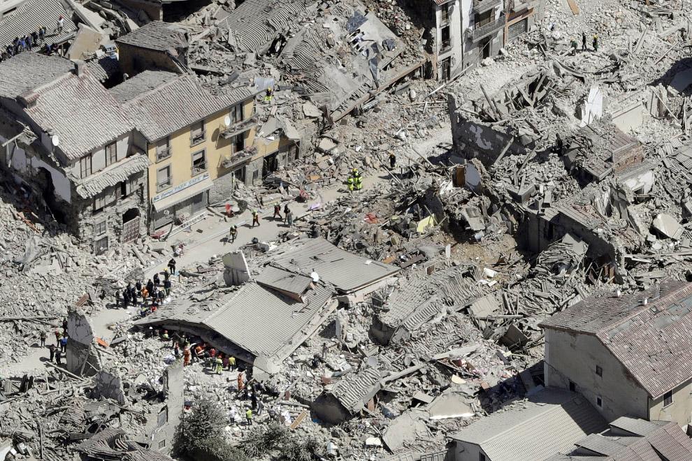 9. Поиски пропавших после землетрясения в Италии, 24 августа 2016/ (Фото Ciro Luca | Reuters):