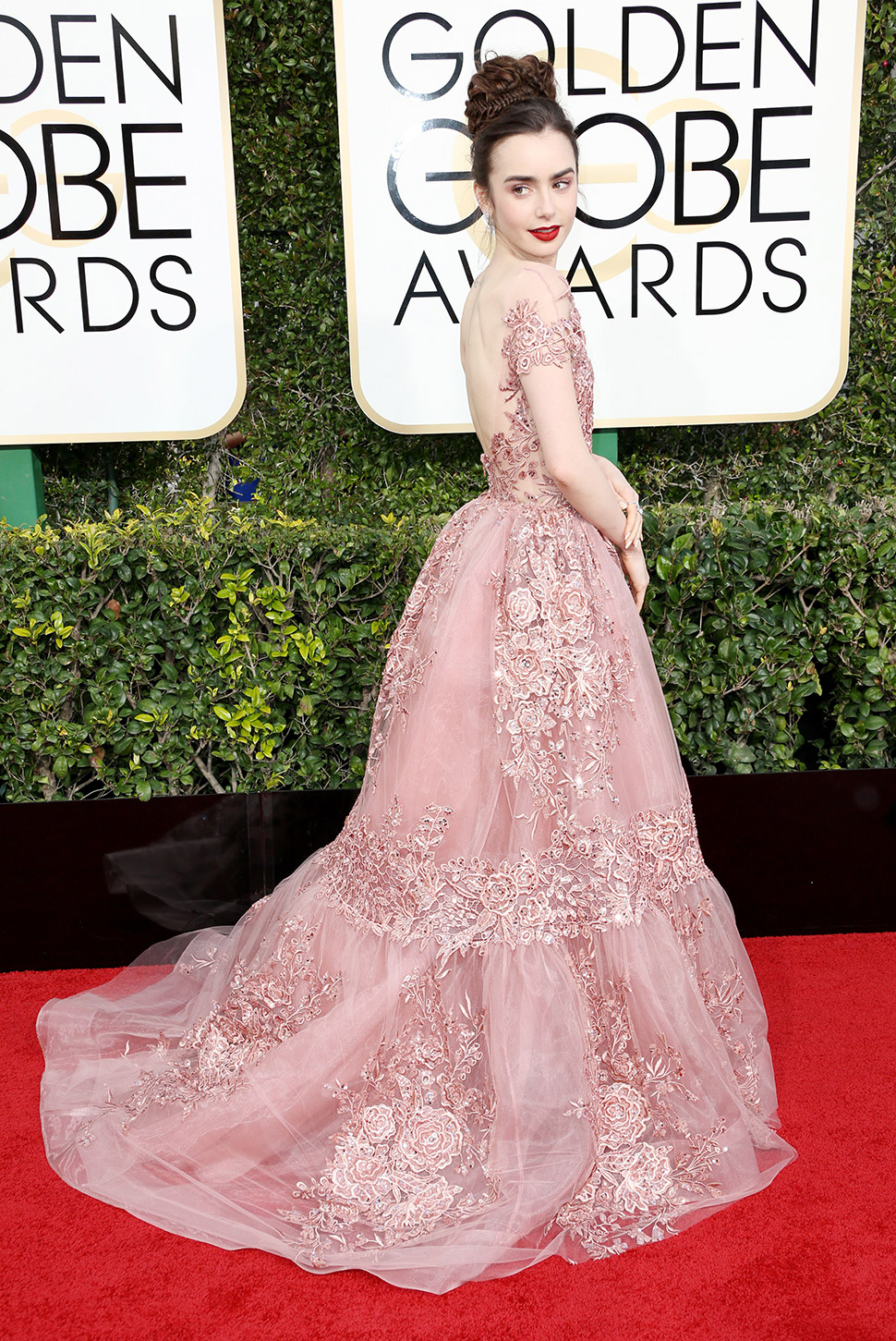 Лили Коллинз в роскошном платье Zuhair Murad.