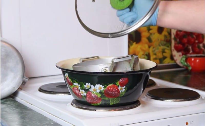 3.  Поваренная соль  Очистит эмалированную или алюминиевую посуду, при этом не подходит д