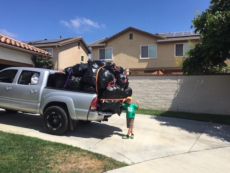 Мальчик с родителями посещают центр переработки отходов раз в несколько недель, по выходным, сдавая