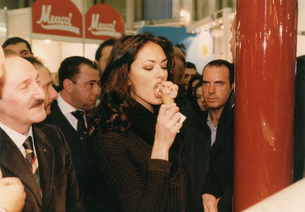 Актриса Мария Грация Кучинотта наслаждается порцией итальянского мороженого джелато.