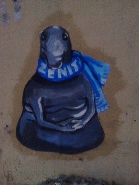 Сначала в Санкт-Петербурге появилось граффити с фанатом «Зенита». Наверное, он ждет, когда откроется