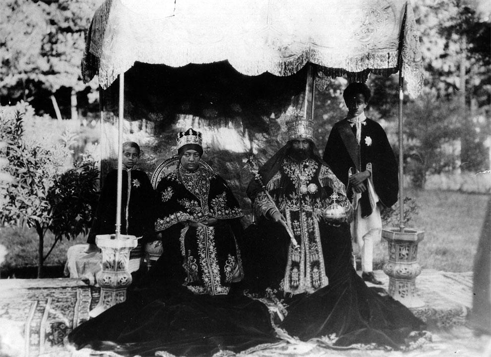 Император Хайле Селассие I в полном облачении сидит на открытом воздухе вместе с супругой Менен Асфа