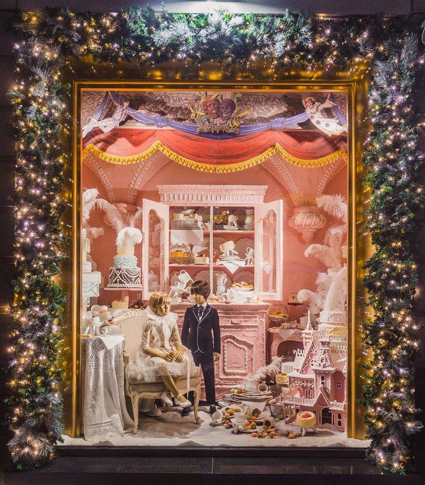 Сказки народов мира в новогодних витринах ЦУМа
