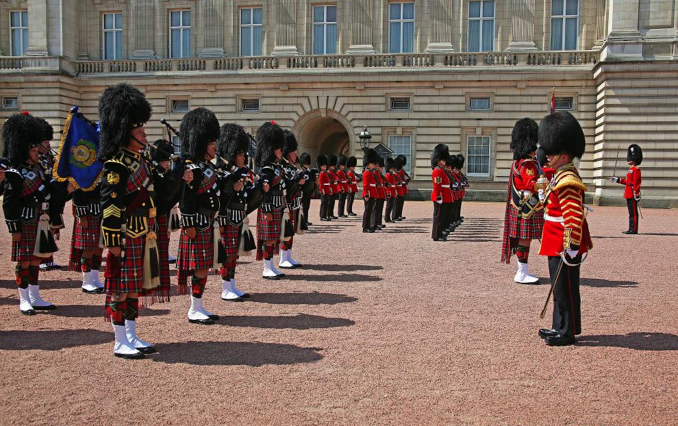 РЕАЛЬНОСТЬ. Люди любят наблюдать, как меняется караул Букингемского дворца, очень много людей л