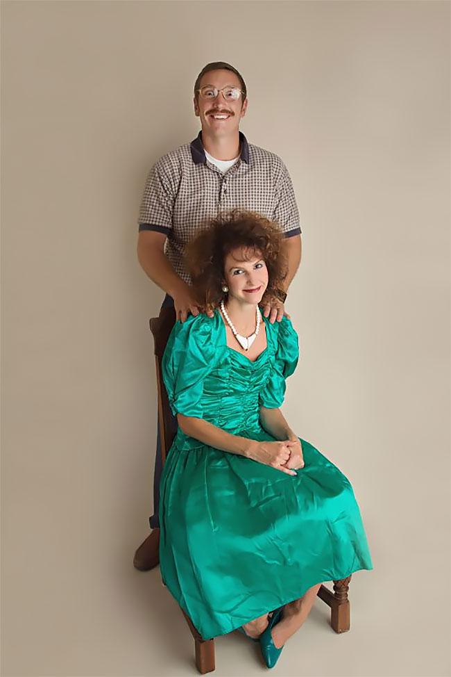 К 10-летию брака пара снялась в дурацкой фотосессии в стиле 80-х