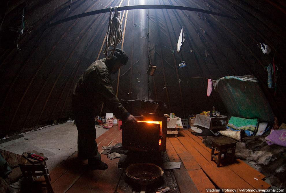 Чум быстро остывает после того, как прогорают дрова в печке, поэтому в мороз холодно становится