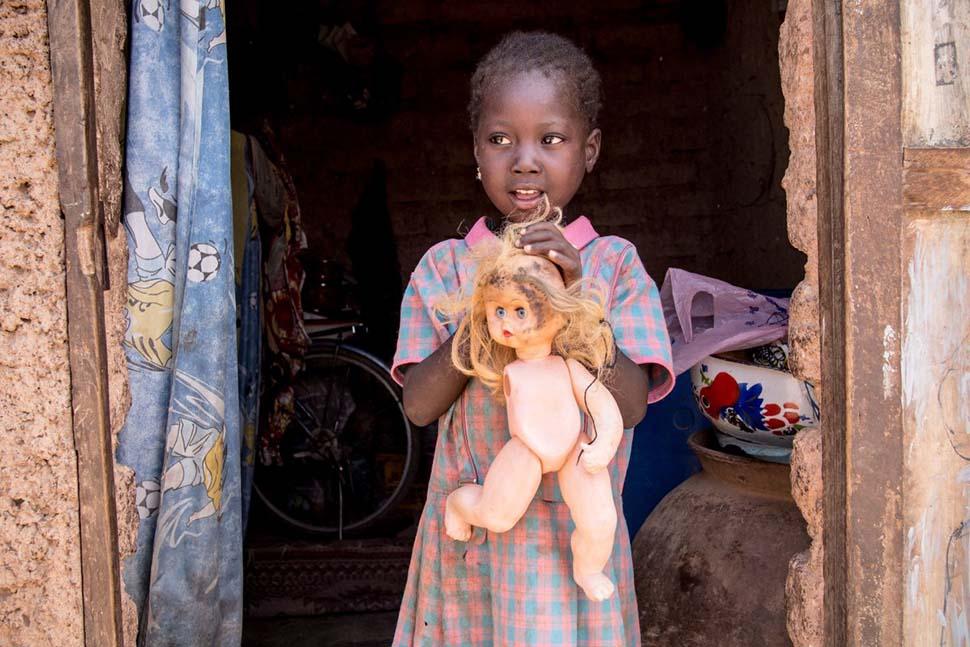 Буркина-Фасо, семейный доход — 45 долларов на взрослого в месяц. Любимая игрушка — сломанная пластма