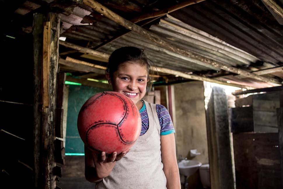 Колумбия, семейный доход — 123 доллара на взрослого в месяц. Любимая игрушка — футбольный мяч.