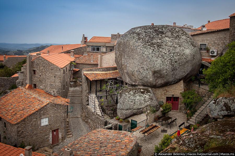 Здесь камень выполняет роль крыши, домик выстроен вокруг. Да у меня у самого стена туалета в доме, г
