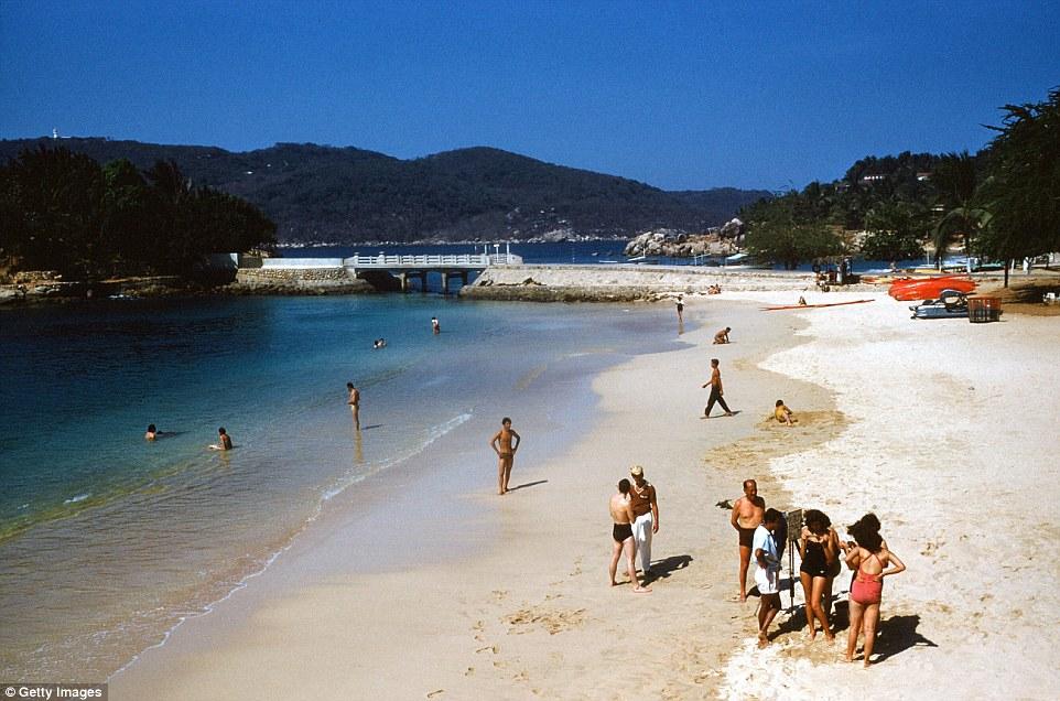 Знаменитые пляжи Акапулько были популярным местом для принятия солнечных ванн.