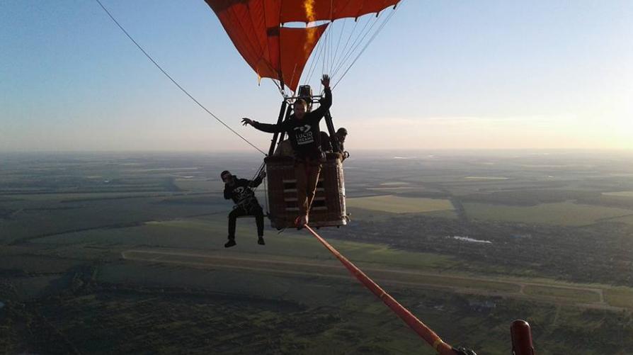 Экстремал прошел поканату между 2-мя воздушными шарами— Беспрецедентный рекорд Украины