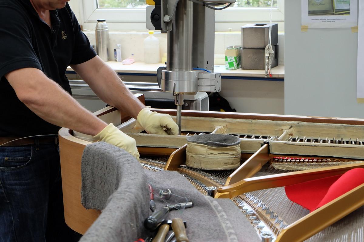 Натяжка струн в рояле, натяжка струн Steinway & Sons, как натягивают струны в рояле