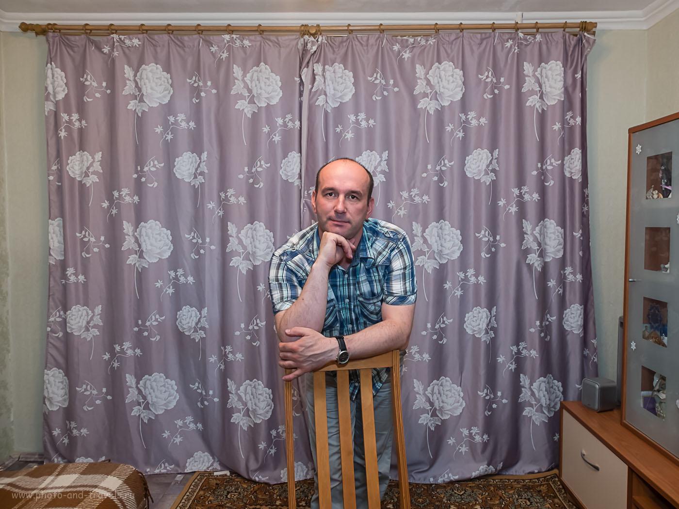 """Фото 29. Портрет получился резким. Но, из-за широкого угла объектива, уши """"уползли"""" назад, нос - длинный, руки - огромные. Не подходит Fujifilm X30 для съемки нормальных портретов. 1/30, -0.33, 2.5, 200, 7.1"""