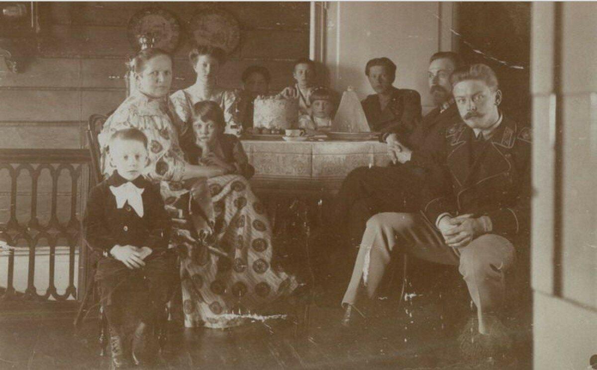 1900-е.Семья Осиповых за пасхальным столом. Муром