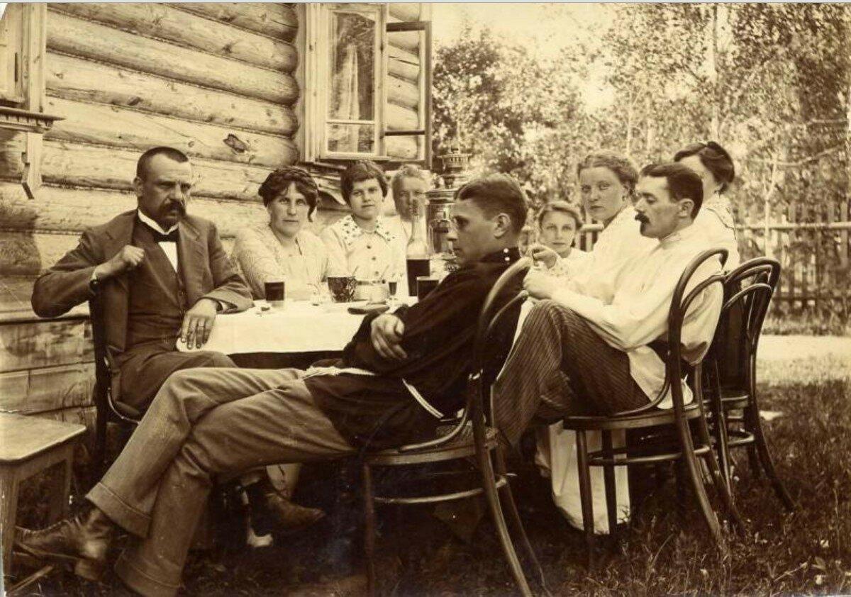 1914.Застолье во дворе