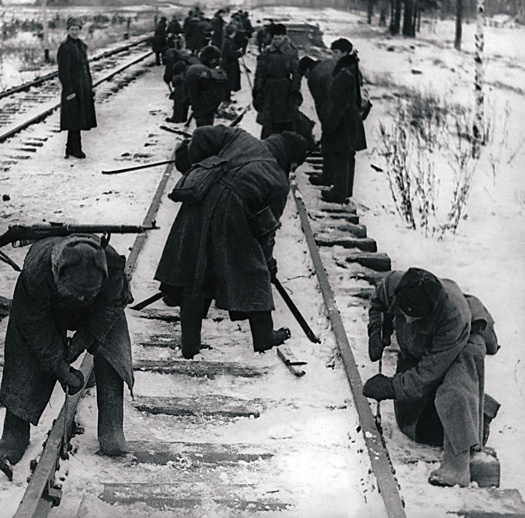 Восстановление путей на участке «Урицк—Стрельна» (Финский залив) на освобожденной от фашистских захватчиков земле