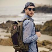 Мужчина с рюкзаком