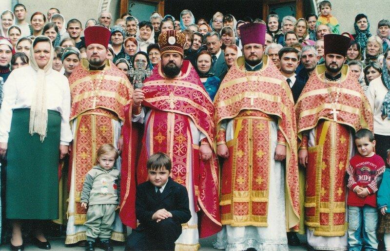 Protoiereul mitrofor Mihail Saracuţa cu clericii şi enoriaşii anul 2005.jpg